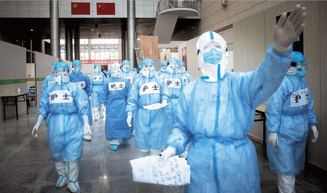 2月12日,武汉市江岸塔子湖方舱医院开始收治患者。天津医疗队的医生带领护士们进舱熟悉病房环境。摄影/湖北日报 柯皓