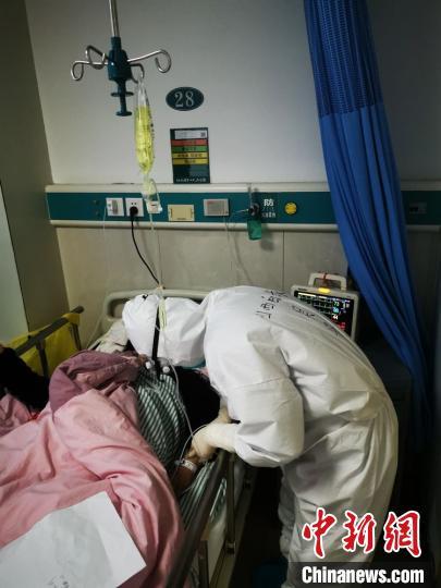 山西支援湖北医疗队员吴丹照顾患者。山西白求恩医院供图