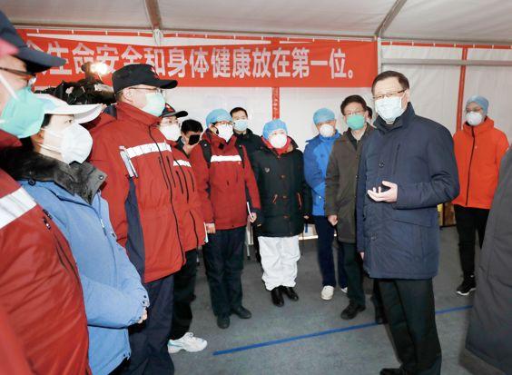 ▲2月15日,应勇在武汉检查指导疫情防控工作。(图片源自湖北省政府网站)