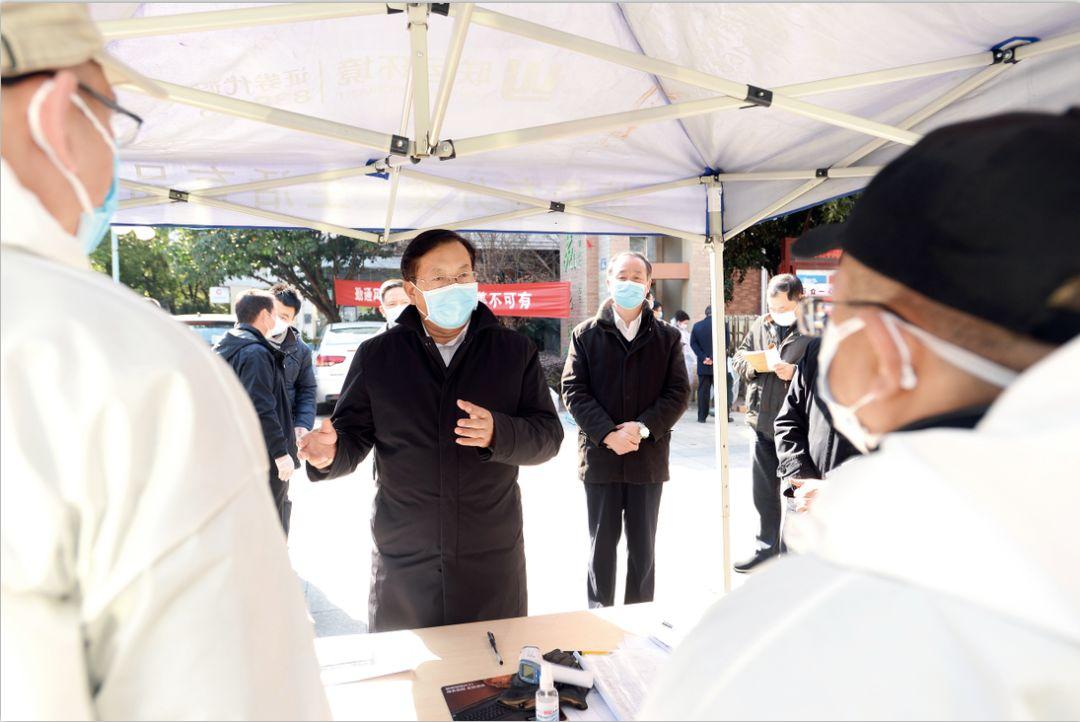 2月18日下午,武汉市委书记王忠林在武汉百步亭怡康苑北区督导检查疫情防控工作,推动落实集中拉网式大排查。摄影/长江日报 周超