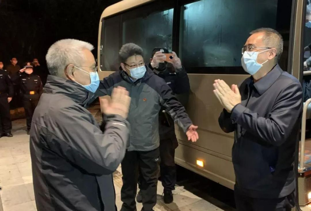 2月14日晚,海南省人大常委会副主任、省总工会主席陆志远,率领海南省声援湖北荆州答对新冠肺热疫情第二批医疗队120人抵达荆州。