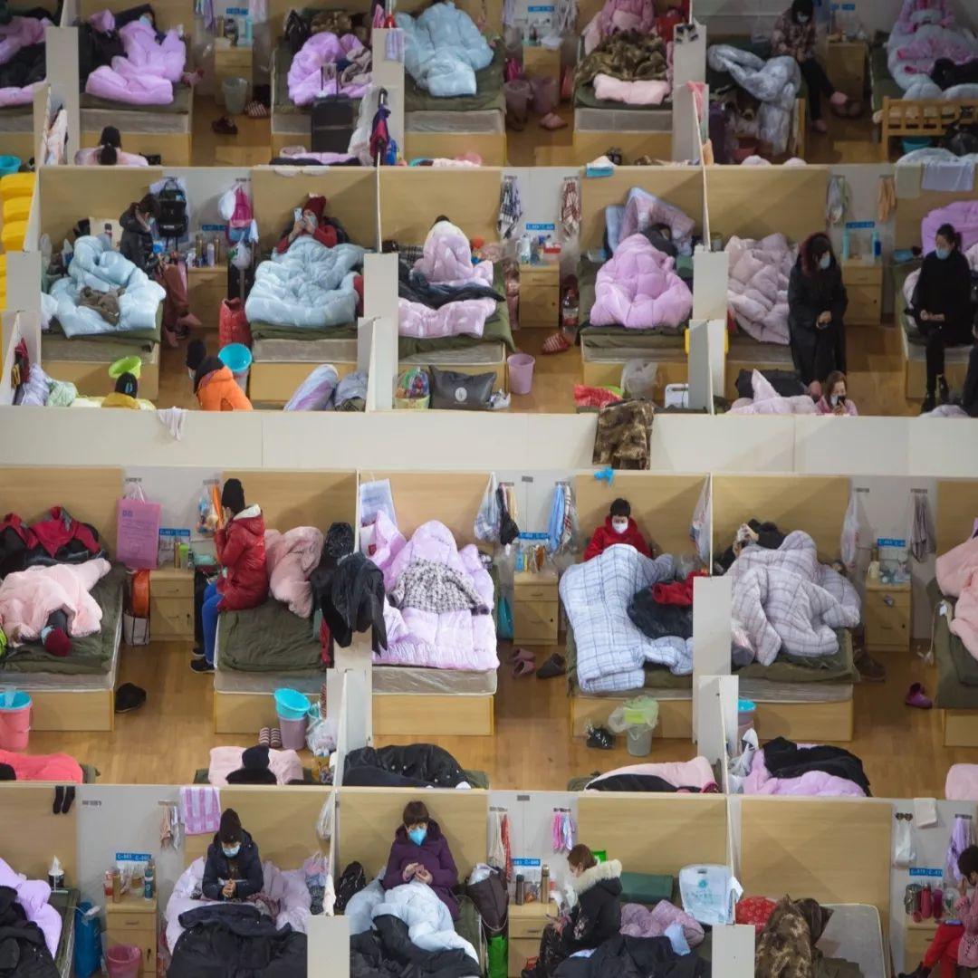 ▲2月17日,患者在武汉体育中心方舱医院休息。(新华社)