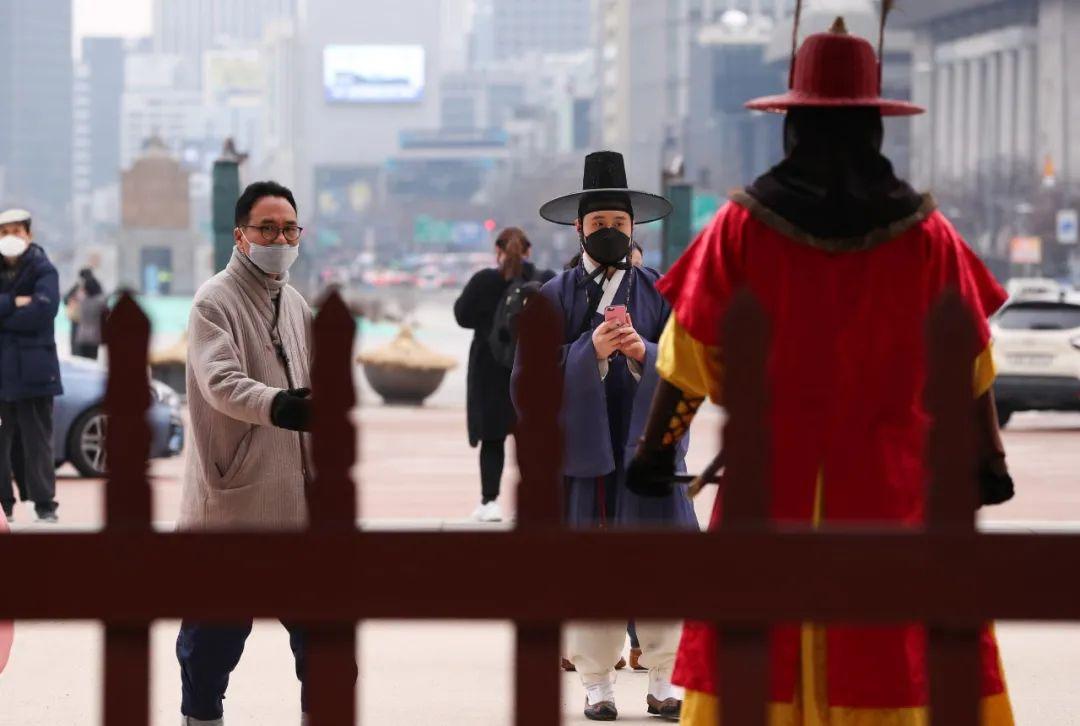 2月21日,韓國首爾,游客們在等待景福宮士兵換崗儀式。新華社記者 王婧嬙 攝