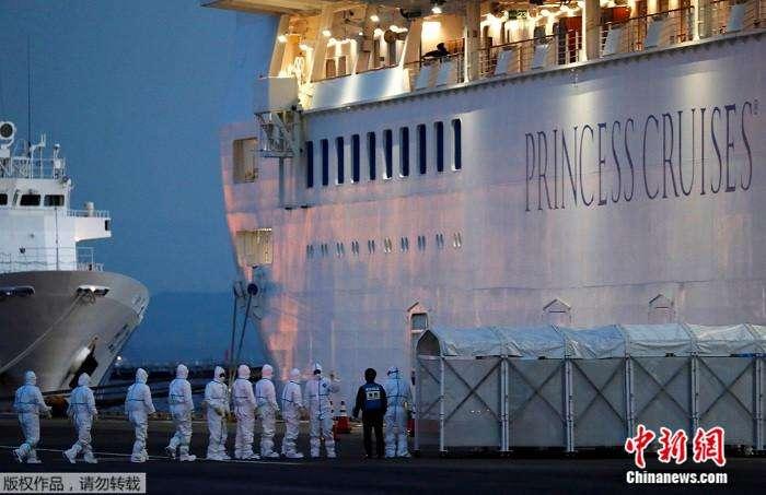 """停靠在日本横滨港的""""钻石公主""""号邮轮。 中新网 图"""