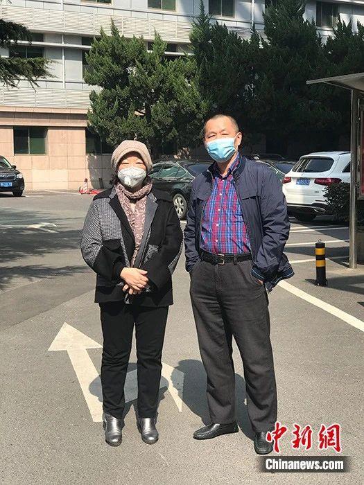 """""""武汉日记""""的作者、著名作家方方(左)2月22日在武汉承受中新社记者独家采访。中新社记者全安华摄"""