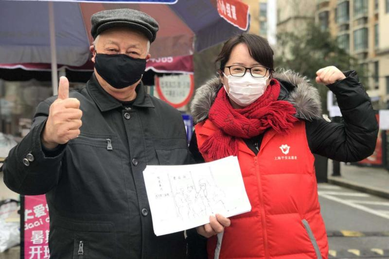 新泾镇团委书记来找李荣光取画时,为他与天山星城居委会主任林韵拍了张相符影