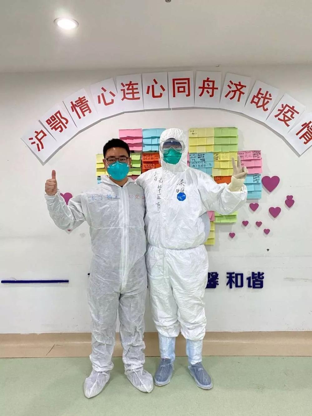 """秦明(右)在医院的心愿墙上写下:""""期待总计快点益首来""""。"""