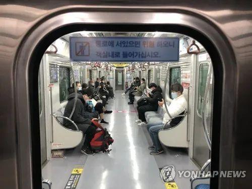 疫情爆發后的大邱地鐵。圖:韓聯社
