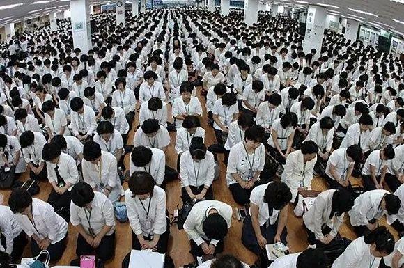 图为新天地教会举走的礼拜运动快三官网,人员相等浓密。来源:读者挑供给《韩国日报》的照片