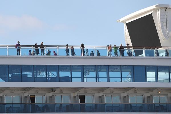 """2月19日,在日本横滨,乘客在""""钻石公主""""号邮轮甲板上活行。新华社 图"""