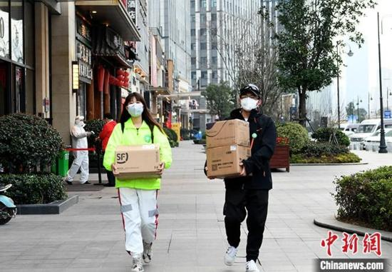 图为2月22日,自觉者在搬运物资。 中新社记者 安源 摄