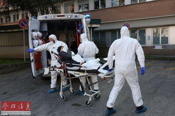 图为意大利帕众瓦的一家医院门口,医护人员正在拯救病人。(英国《每日邮报》网站)
