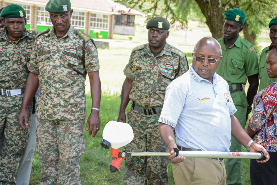 这是2月13日在肯尼亚奈瓦沙,肯尼亚某服务队成员批准灭蝗培训。新华社发(罗伯特摄)