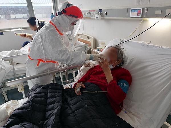 在武汉大学人民医院东院重症病房,上海医疗队护士喂87岁老老师喝粥。 本文图片均由受访者挑供