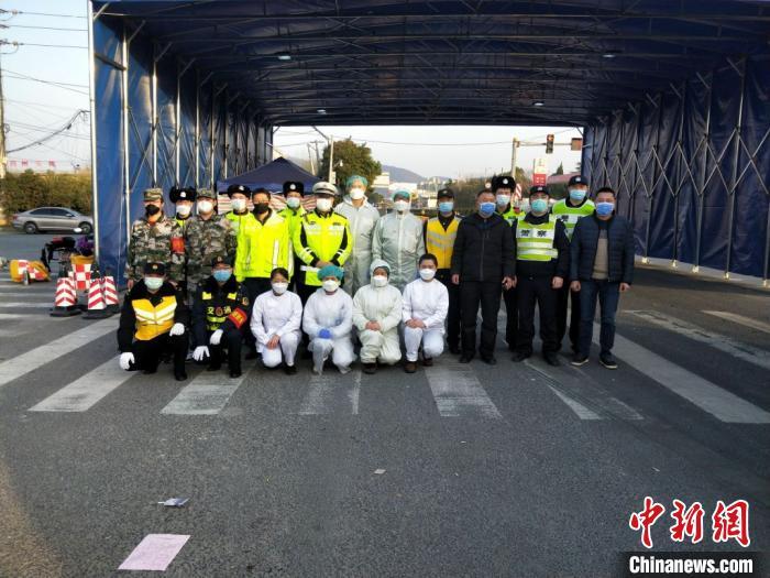 南京市栖霞区疫情防控卡口值守人员同一撤离 栖霞区交通运输局供图