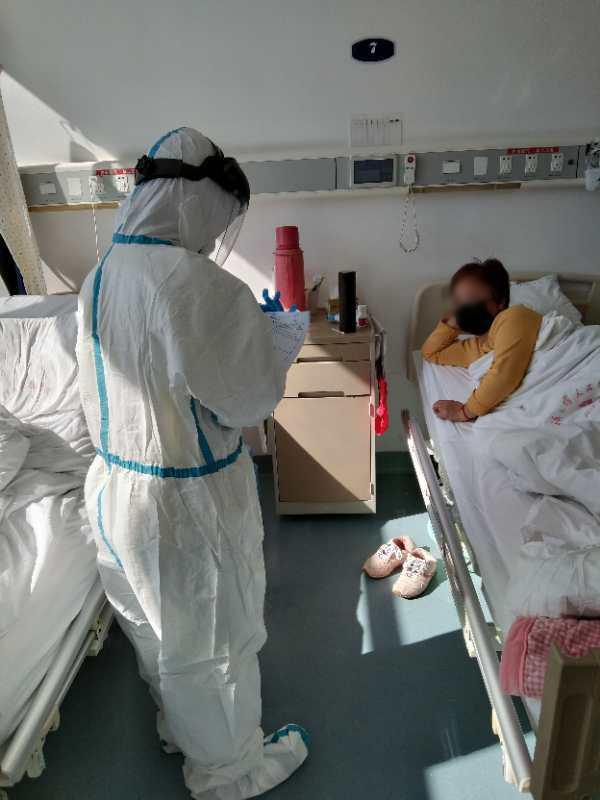 在武汉大学人民医院东院重症病房,上海医护人员与患者在病房交流。