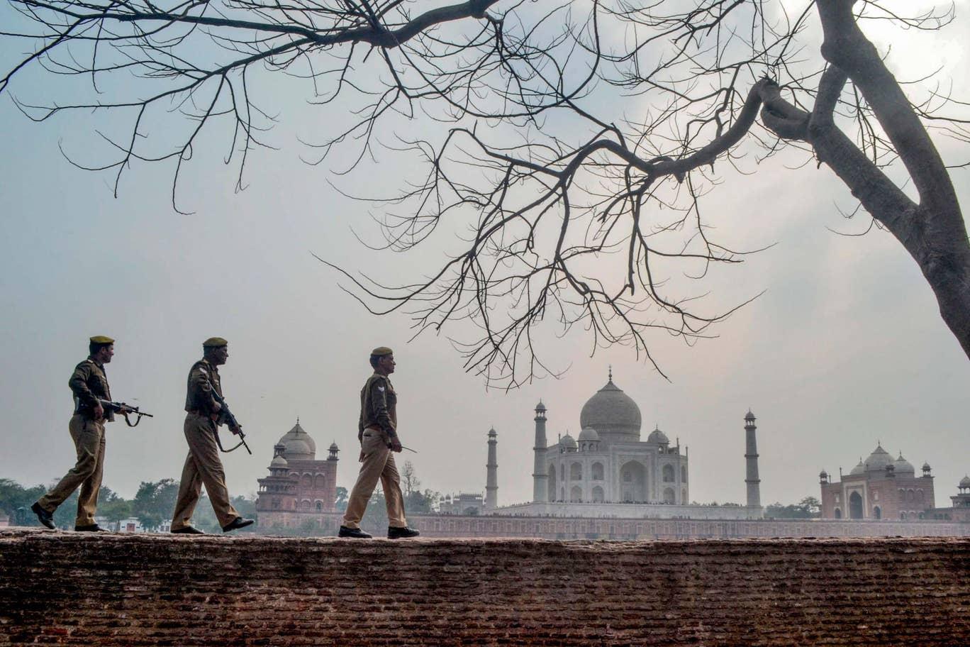 正在巡逻的印度警察(图源:自力报)
