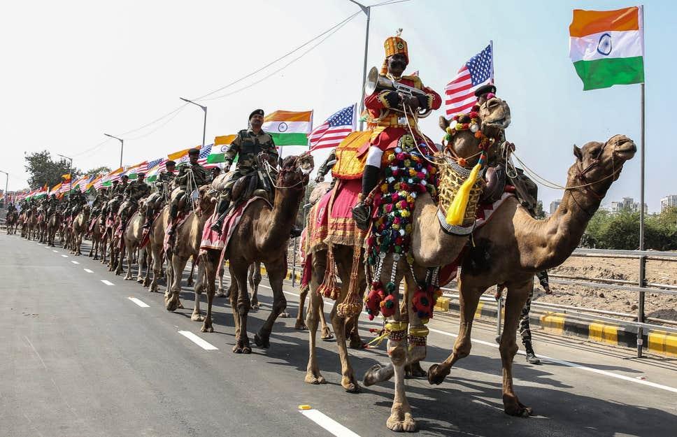艾哈迈达巴德街上的骆驼骑兵(图源:自力报)