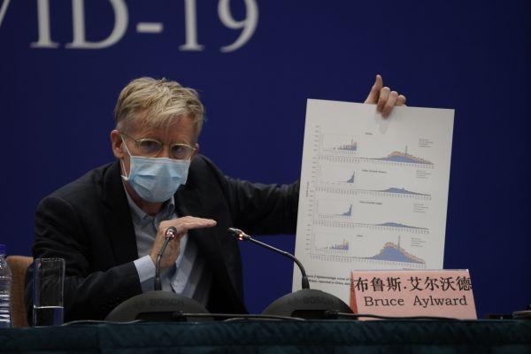 ▲2月24日,世界卫生组织先遣组总干事高级顾问布鲁斯·艾尔沃德在北京举行的新闻发布会上讲话。(新华社)