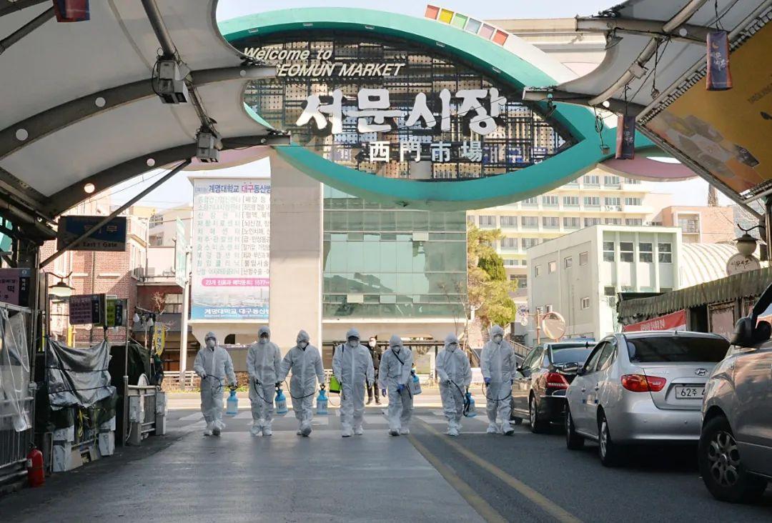 ▲2月23日,在韩国大邱,受疫情影响而临时休业的商家工作人员在西门市场进行防疫消毒。(新华社/纽西斯通讯社)