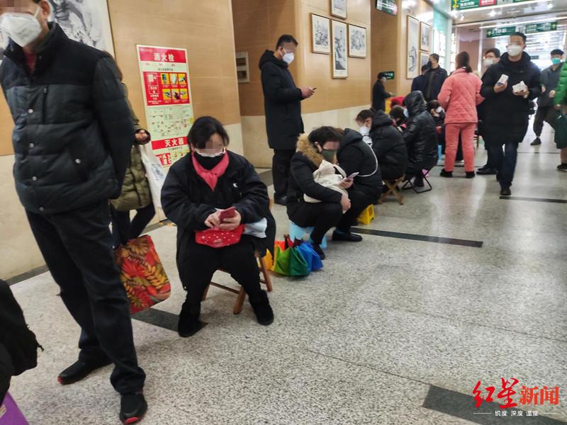 ↑武汉市中央医院期待输液的病人和病人家属