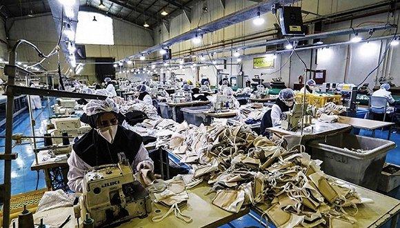 军方工厂生产口罩。图片来源:Twitter