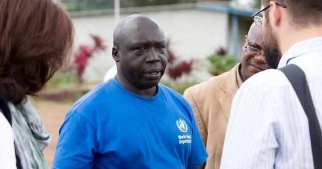 Clement博士(穿蓝色T恤者)在利比里亚做事。