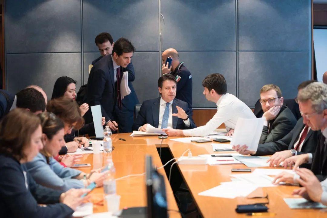 2月25日,意大利总理孔特在民防部主办防疫做事会议。图片来源:意大利总理府官网