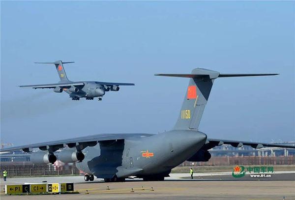 运-20为抗疫一线运送医疗队员和物资。 中国军网 图