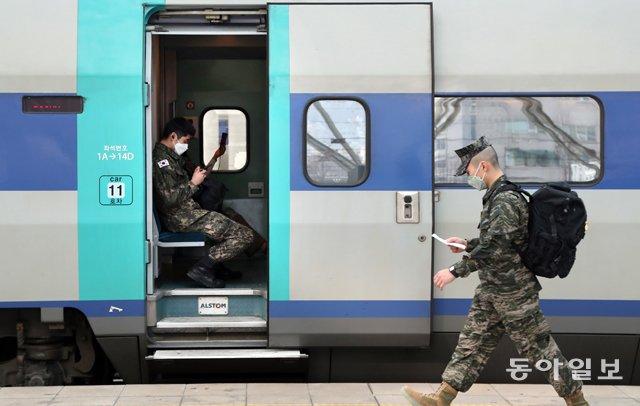 疫情加重,韩国军人戴口罩出行(《东亚日报》)
