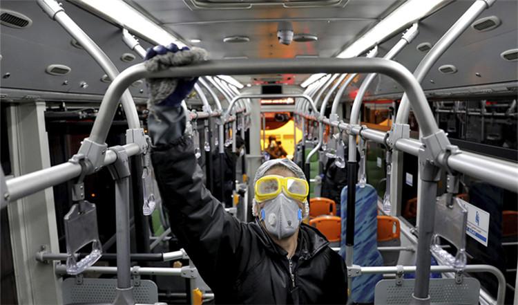 ▲2月26日,在伊朗首都德暗兰,做事人员在为公交车辆消毒|新华社发