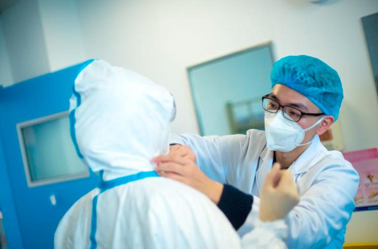 院感人员检查大夫穿防护服过程。同济医院院感科供图