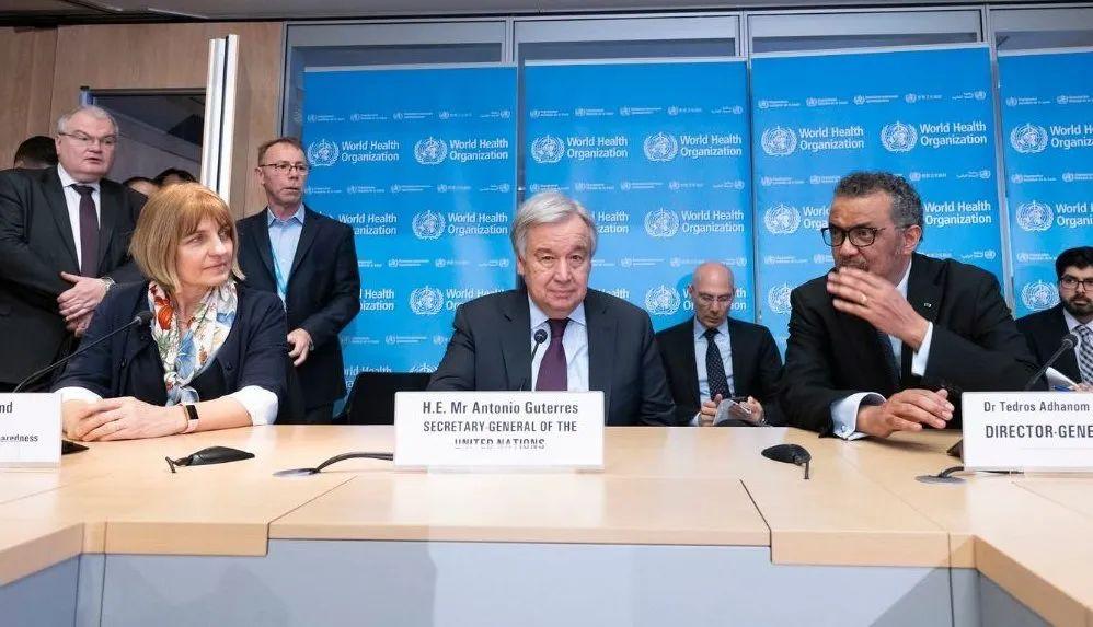 2月25日,说相符国秘书长安东尼奥·古特雷斯(中)与世卫布局总做事谭德塞(右)在日内瓦召开相关新冠疫情的发布会。图片来源:世卫官网