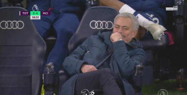 穆里尼奥在教练席露出诡异微笑。