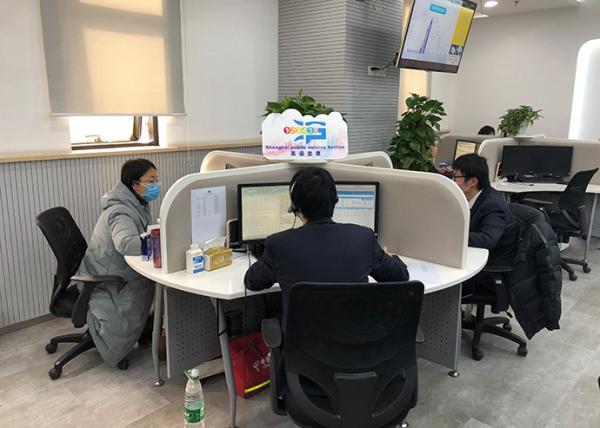 12345市民服务热线的英语坐席。澎湃新闻记者 陈伊萍 图
