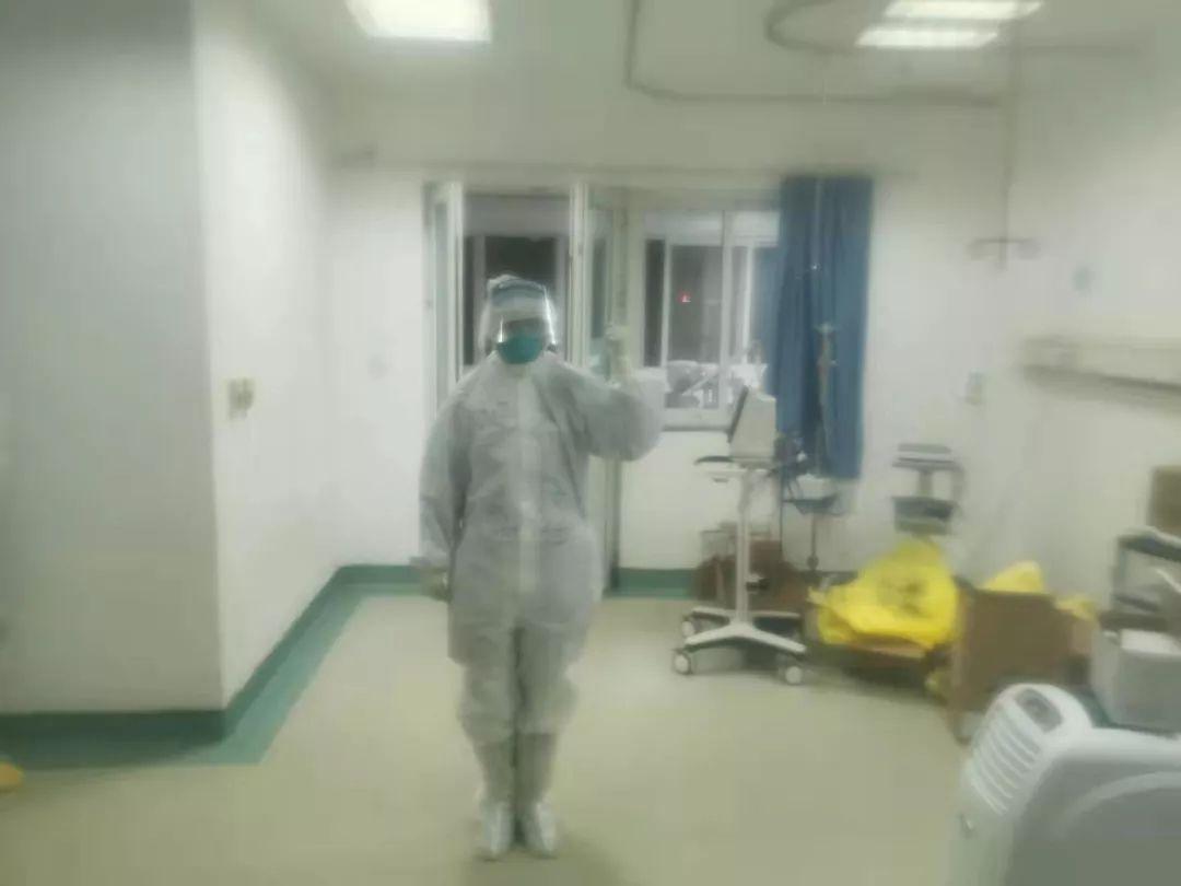 冯亮在病房穿着厚重的防护服 受访者供图