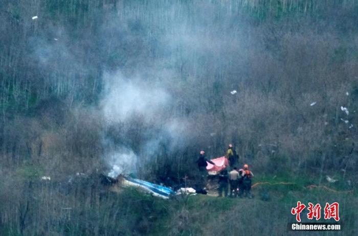 已退役NBA著名球员科比·布莱恩特(Kobe Bryant)当地时间26日在美国加利福尼亚州卡拉巴萨斯市因乘坐的直升机坠毁而遇难,年仅41岁。图为遇难事发地现场。