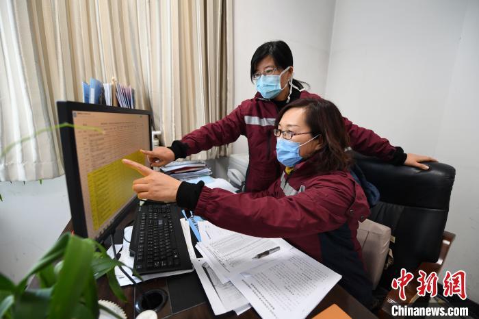李萍与同时核实与确诊病例密切接触人员信息。 李佩珊 摄