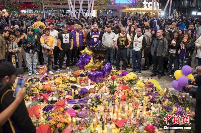 当地时间1月27日,球迷在NBA洛杉矶湖人队主场斯台普斯中心旁边的广场上悼念科比·布莱恩特。中新社记者 刘关关 摄