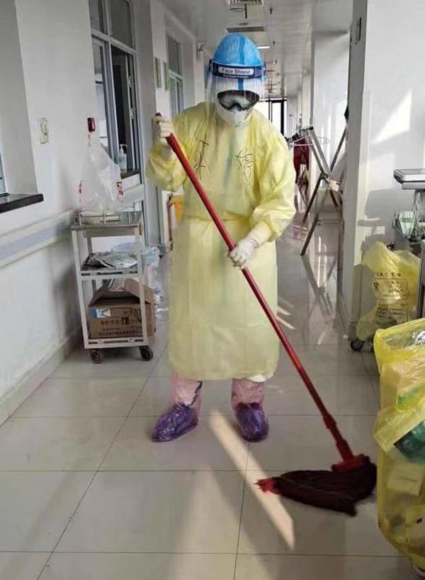 蒋婷在打扫病区卫生 本文图片均为受访者提供