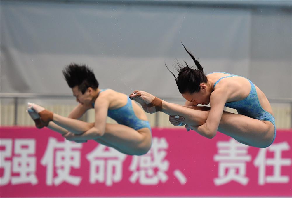 图说:1月23日,跳水项目2020年东京奥运会选拔赛(第三站)在北京落幕,河北选手王涵(右)与重庆选手施廷懋在比赛中。