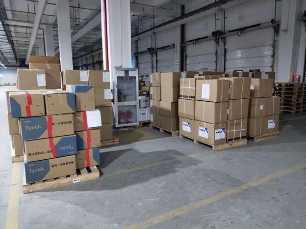 仓库里等待运送的货物。