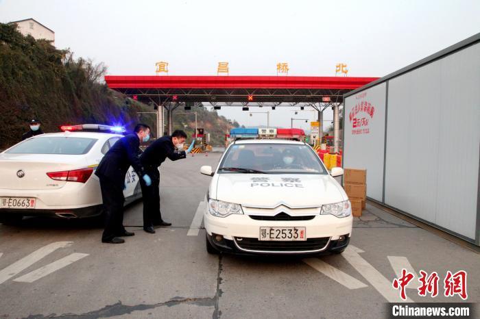 两地警方接力护送16箱救命药 伍公宣 摄