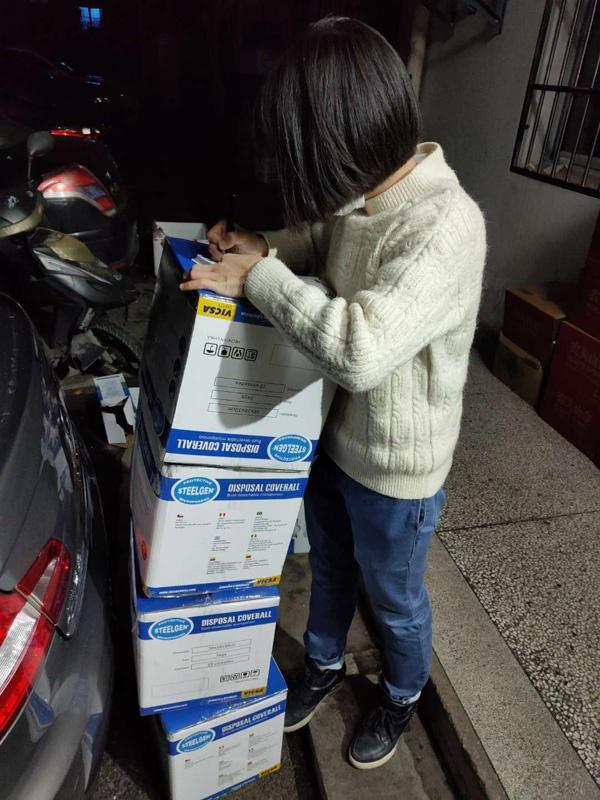 武汉市第五医院的负责人签收物资。
