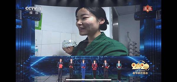 汪俊接受媒体采访的画面登上春晚背景墙。 央视截图