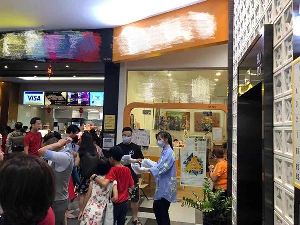 王可欣带着同事们在新添坡免费分发口罩。