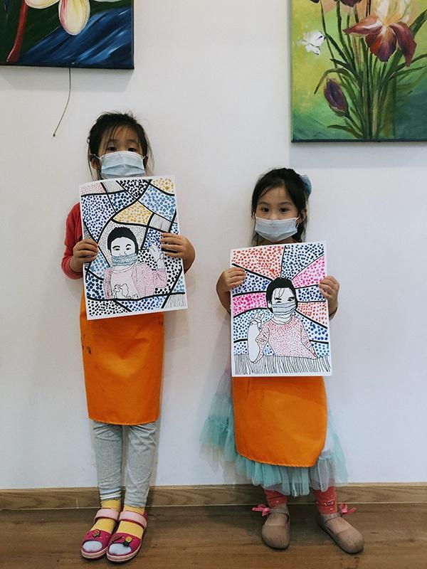 王可欣的美术课上,孩子们展现她们为武汉抗疫添油创作的作品(作品版权归受访者一切)。 本文图片均来自受访者