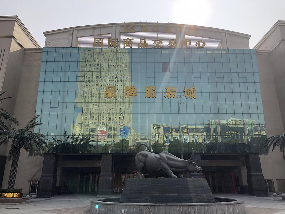 网传有业主建议改造成隔离区的汉口北国际商品交易中心品牌服装城。 本文均为澎湃新闻记者 汤琪 图