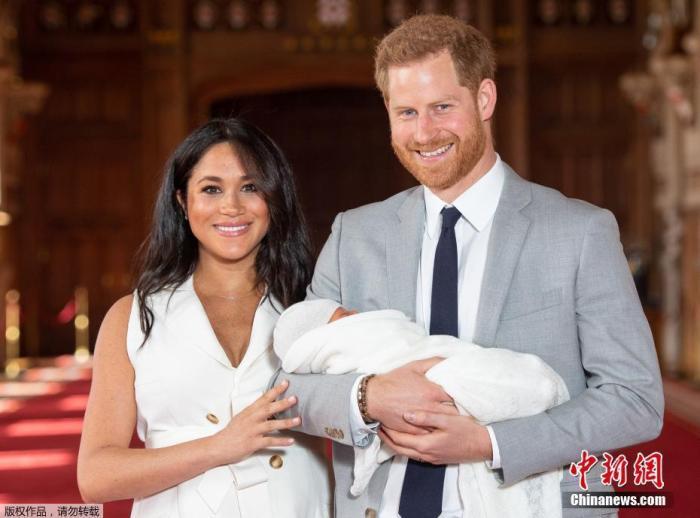 资料图:当地时间2019年5月8日,英国哈里王子和梅根带着小王子阿尔奇在公众面前首次亮相。