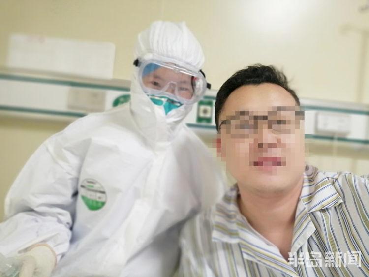 张阳在青岛大学附属医院和医护人员合影。 本文图片 半岛网